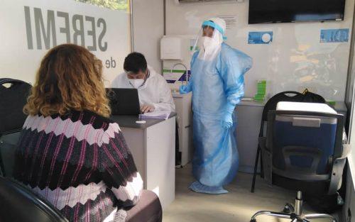 En Colina personal de salud realiza toma de muestras PCR en feria libre de Valle Verde