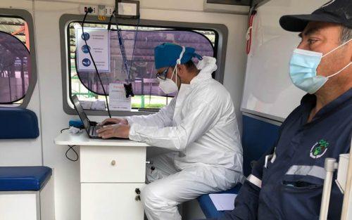 Personal de salud realiza toma de muestras PCR en El Colorado